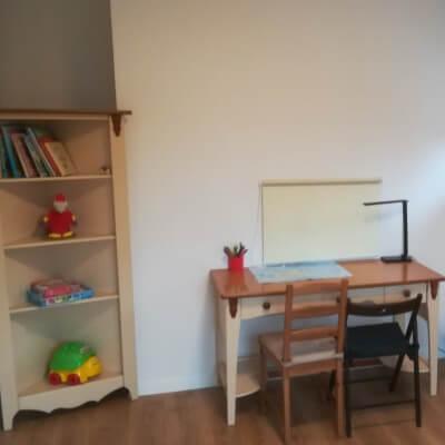 Biurko dla dziecka w pokoju psychologa