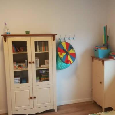 Jasny pokój do pracy psychologa z dzieckiem